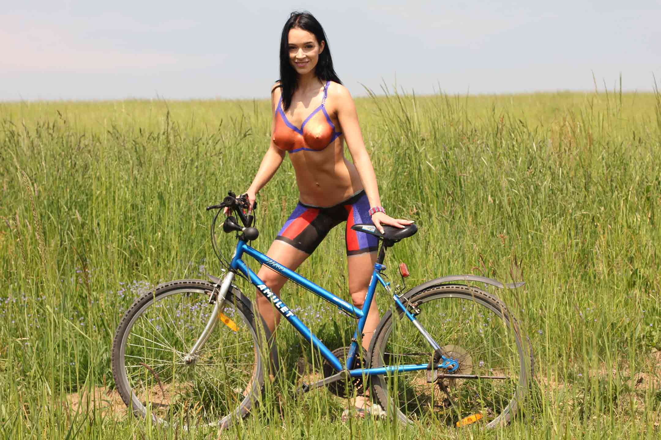 Images of naked girls - Exercise Girls - Bodypainted Gwen bicyling